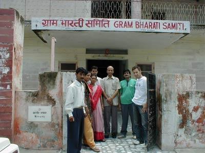 Ümit Konuray mit seinen Kollegen von Gram Bharati Samiti