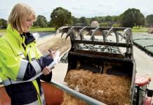 Christina Schober dokumentiert die Fütterung der Biogasanlage. Foto: EnBW