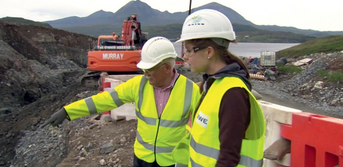 Sarah Ostermann auf der Baustelle eines neuen Wasserkraftwerks der RWE Innogy. Foto: RWE Innogy