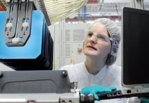 Kerstin Strauch entwickelt neue Solarzellen. Foto: Solarworld AG/Detlev Müller
