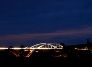 LED-Lampen beleuchten die Waldschlösschenbrücke in Dresden bei Nacht, Foto: Michael Hennig