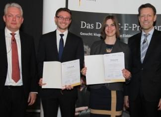 Prof. Dr. Dr. Alexander Verl (links) und Dr. Georg Schütte (rechts) mit den Studienpreisträgern Jonathan Jürgens und Lisa Braun, Foto: Stephan Rauh BMBF