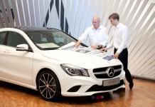 Daimler Senior Expert im Einsatz: Dr. Wolfgang Kleinekathöfer gibt sein Wissen an Philipp Schulthess weiter. Foto: Daimler AG