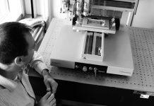 Dr. Ivan Minev an einem 3-D-Drucker, Foto: BIOTEC