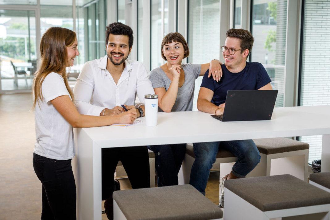 TUM Studierende am Tisch, Foto: TUM
